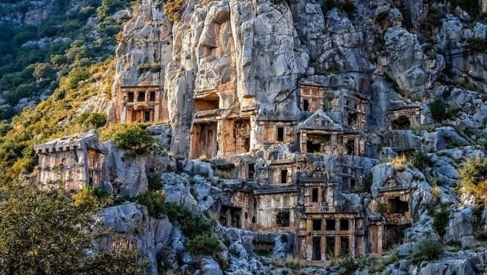 ميرا تركيا. مدينة اثرية محفورة في الصخر