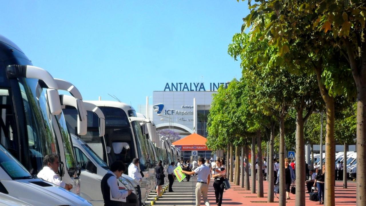 ساحة الباصات خارج المطار