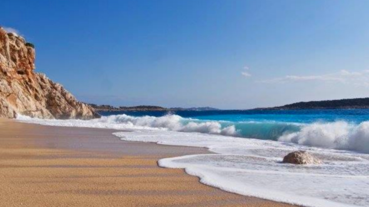 شاطئ ذات مياه فيروزية صافية